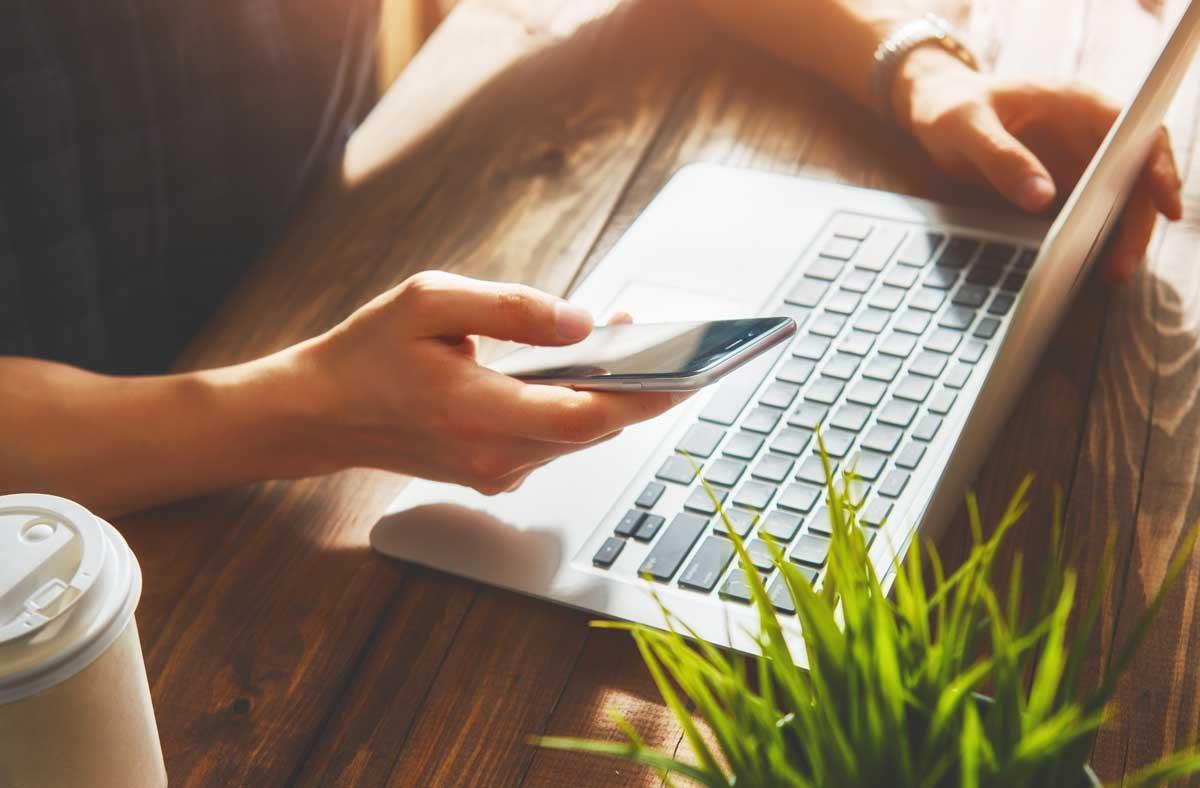 Henkilö tekemässä nettiostoksia kannettavalla tietokoneella